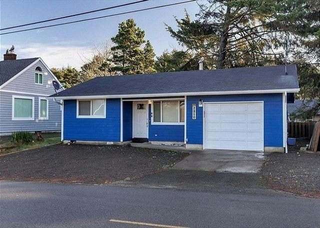 Experience this remodeled two-bedroom home in the heart of Lincoln City!, holiday rental in Lincoln City