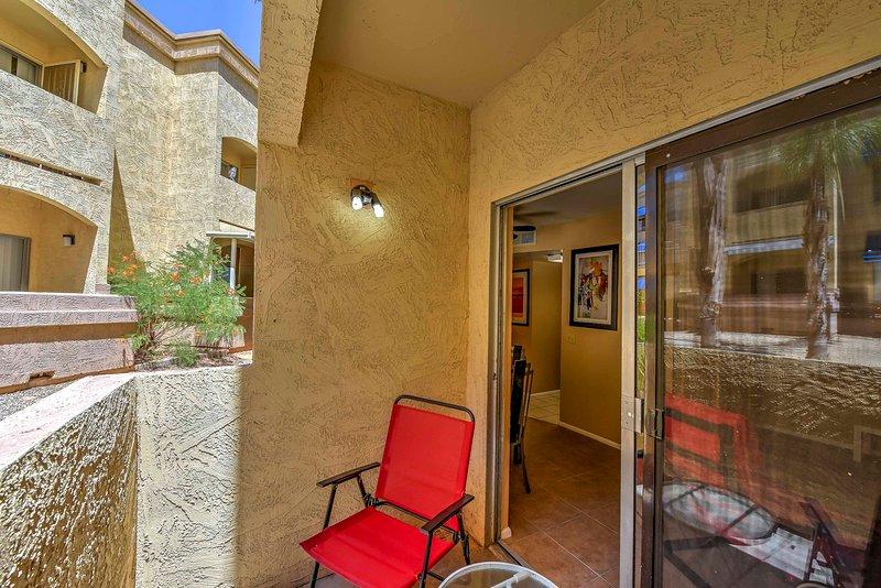 Profitez du temps Arizona sur le balcon privé.