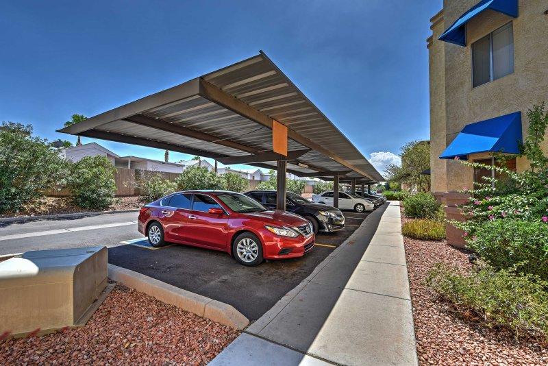 Deux voitures peuvent être garées sur le parking selon le principe du premier arrivé, premier servi.