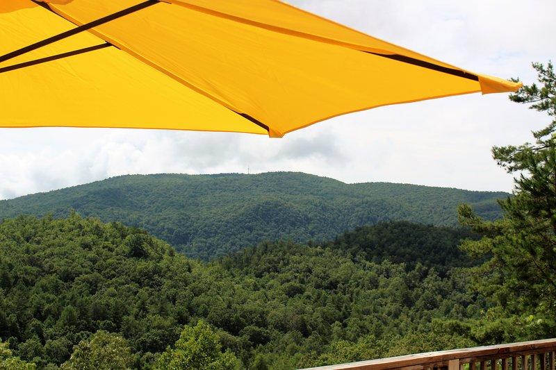 Disfrutar del aire fresco de la montaña desde la cubierta
