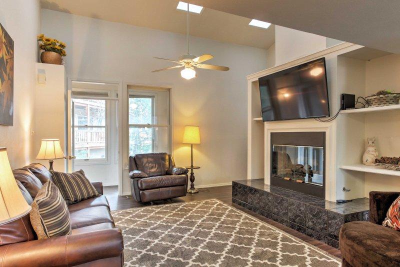 La casa tiene 2 salas de estar, que ofrece un montón de espacio para extenderse y relajarse.
