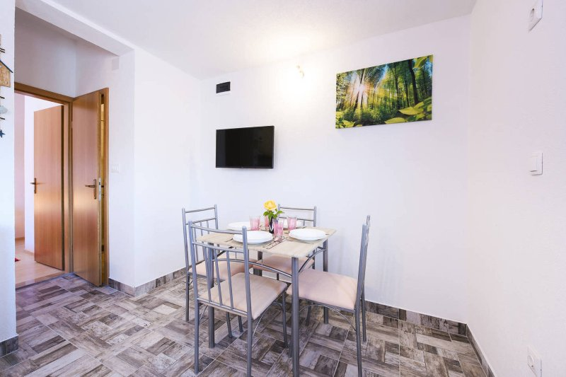 Brandly new apartment with a sea view, holiday rental in Gustirna
