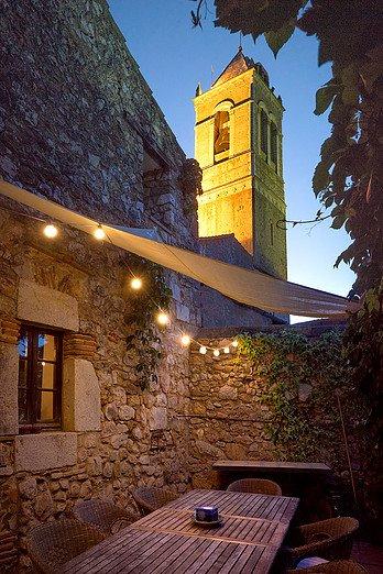 Vista della torre campanaria della chiesa dalla terrazza con giardino