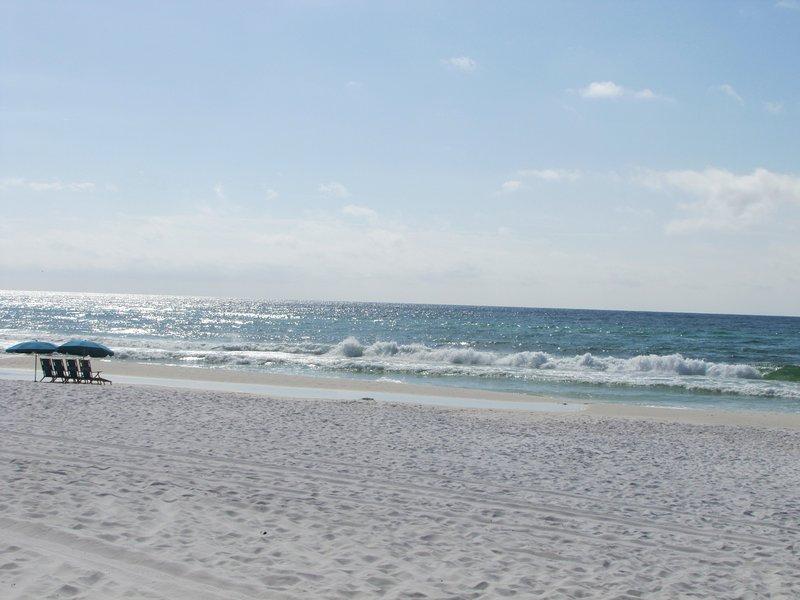 Beach est courte promenade sur les trottoirs avec une palissade blanche et une promenade. Aucun des grands axes routiers à traverser.