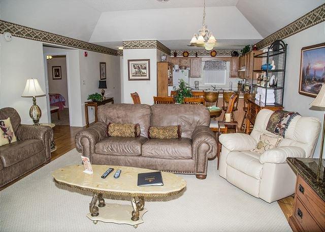 Sillón reclinable, sofá de dos plazas y sofá en la sala de estar