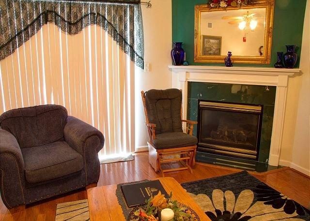 Cadeira confortável e planador na sala de estar