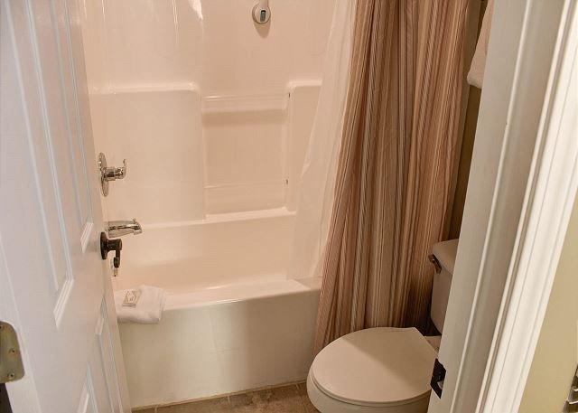 Bagno completo con doccia / vasca combinata