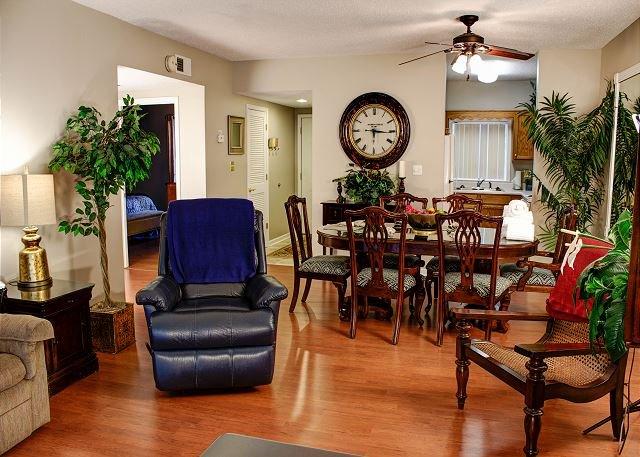 Piso de madeira na sala de jantar e área de estar