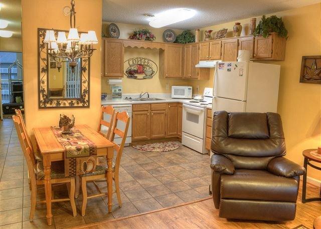 Cocina completa y área de comedor con una mecedora / sillón reclinable