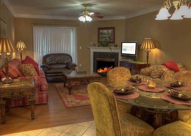Espaçosa sala de estar com lareira a gás sazonal
