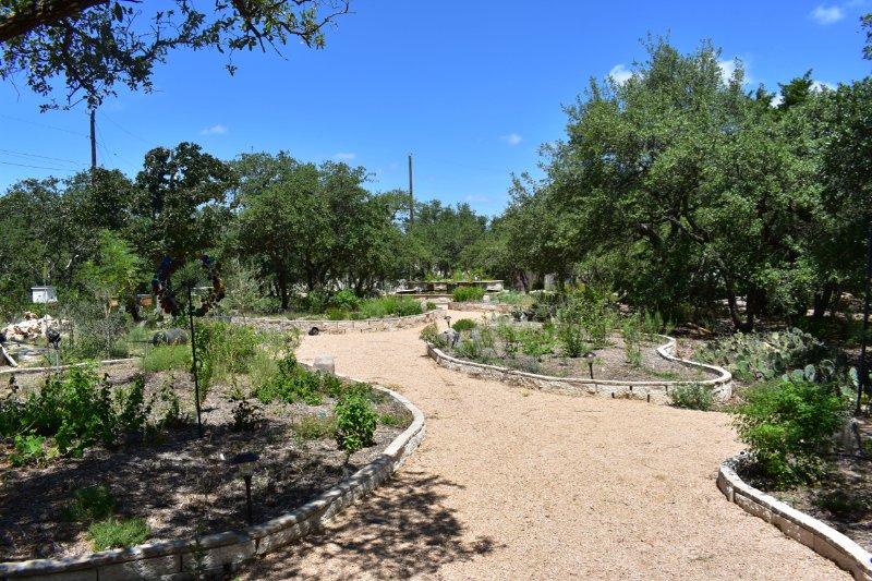 A entrada para os nossos próprios jardins nativos e apiário (1/2 acre).