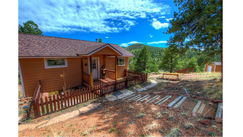 The Bears Den- Secluded mountain cabin, WiFi, Gorgeous Views!, holiday rental in Cripple Creek