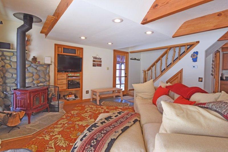 sala de estar cómodo y acogedor con una estufa de leña