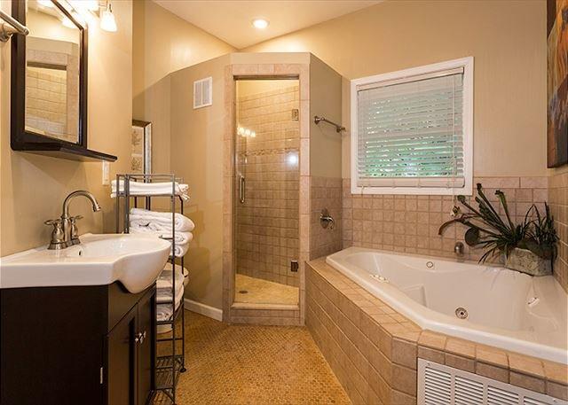 bagno completo con vasca da bagno e cabina doccia