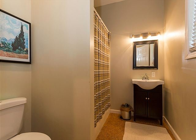 Salle de bain complète en bas