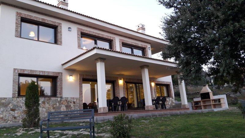 La Robledana. Espectacular casa en Sierra Oeste de Madrid con vistas magníficas, vacation rental in Valdemorillo