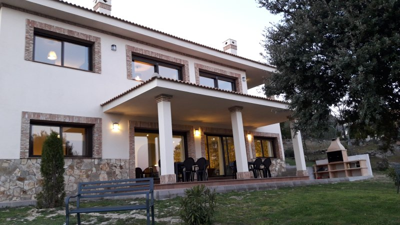 La Robledana. Espectacular casa en Sierra Oeste de Madrid con vistas magníficas, casa vacanza a Robledo de Chavela