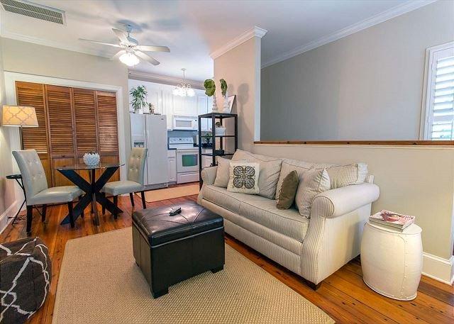 Cozy Carriage House w/ Garage Parking 1 Block to River St. by Lucky Savannah, alquiler de vacaciones en Savannah