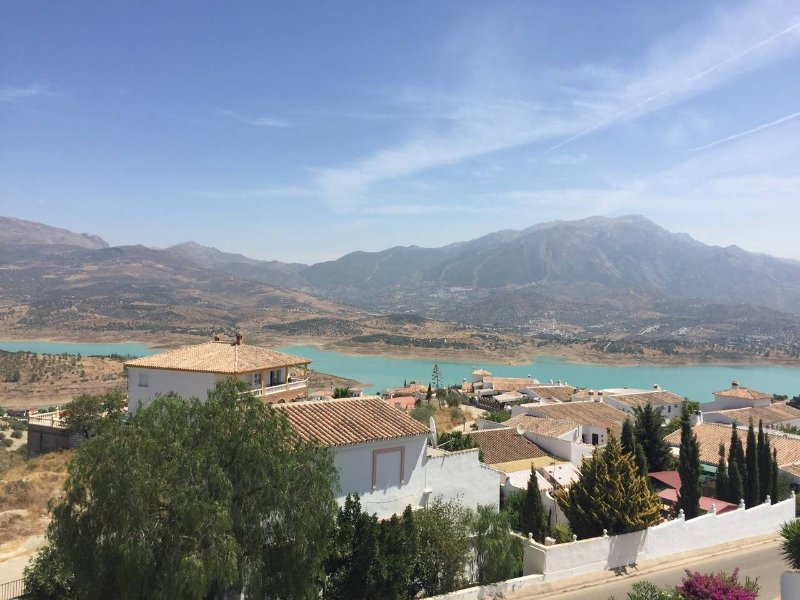 2 Bed Apartment with an amazing view over Lake Vinuela, holiday rental in Vinuela