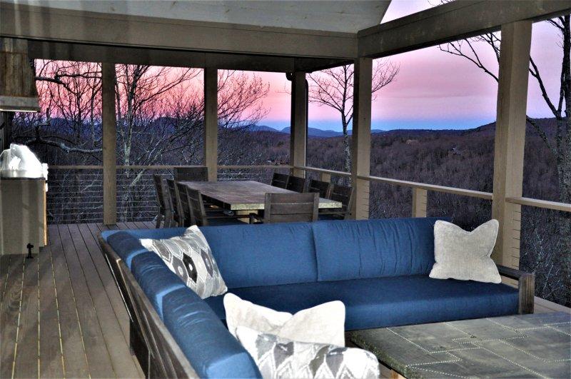 Puesta del sol magnífica en la cubierta planta principal con L-forma de la sección y 10-asiento de mesa de la lata
