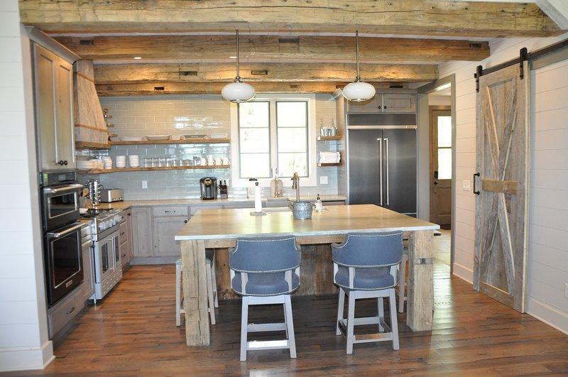 Bien equipada cocina gourmet con isla central grande con capacidad para 4