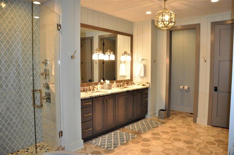 Baño principal tocador doble y calefacción por suelo radiante radiante