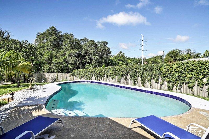 Passez vos journées à se prélasser près de la piscine à ce 3 chambres, vacances maison de location 2 salle de bain à Altamonte Springs!