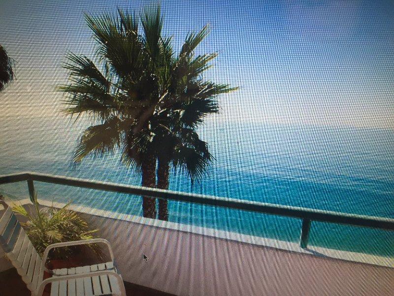 Het terras van het appartement kijkt uit op de oceaan. Er is meubilair, barbecue en een prachtig uitzicht !!