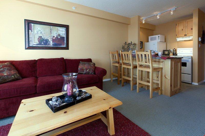 Retirar de nuevo a la sala de estar concepto abierto acogedor y levantar los pies después de un día en la montaña.