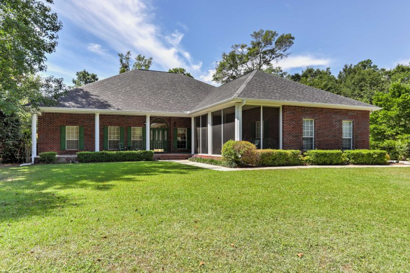 Spacious Milton House w/ Porch - on Golf Course!, vacation rental in Pace
