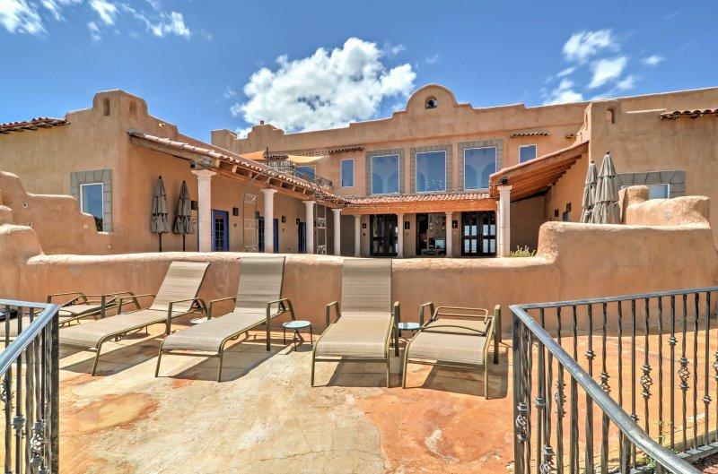 Celebrar su próximo retiro de familia numerosa, en el magnífico 9-dormitorio, cuarto de baño de 11 'Hacienda Dona Andrea de Santa Fe', ubicado a las afueras de Santa Fe.
