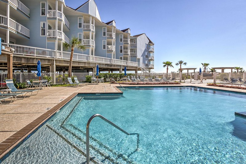 Beachfront Galveston Condo w/Patio and Pool Access, alquiler de vacaciones en Tiki Island