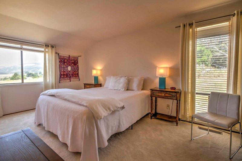 # 1 dormitorio cuenta con un colchón de tamaño cómoda rey.