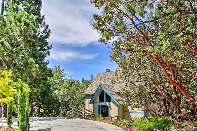 Plan your next California escape to this 3-bedroom, 2-bathroom vacation rental house which sleeps 9 in Lake Arrowhead.