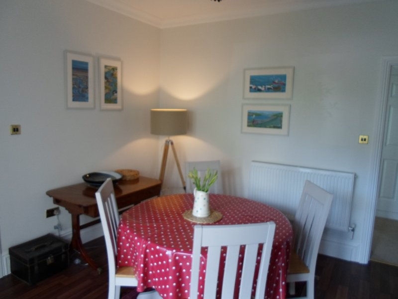sea facing two bedroom both ensuite ...flat walk to the village, vacation rental in Swansea