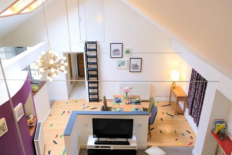 Salão de luxo com área de jantar iluminada, galeria de cozinha e jumble piso estampado