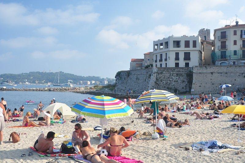 Geniet van een picknick met Rose door de zee en het strand.