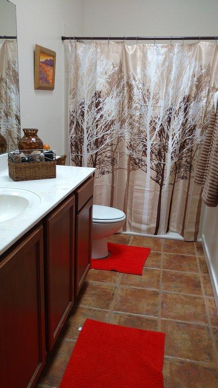 deuxième bain est lumineux et spacieux