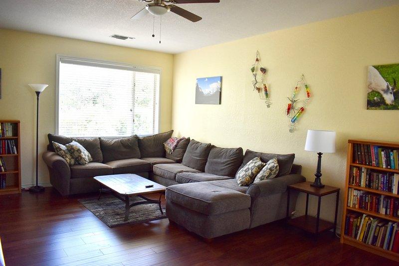 Sala tem um corte com um sofá-cama queen na mesma.
