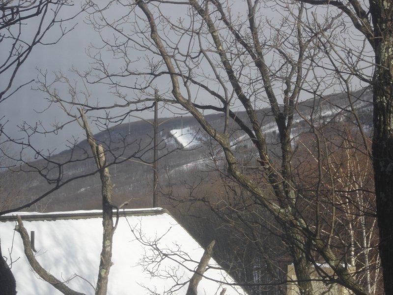 Vista da Camelback pistas de esqui resort de sala de jantar e deck.