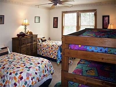 Habitación # 5 con dos camas individuales y litera.