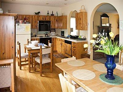 Vista de cocina completa desde el comedor.