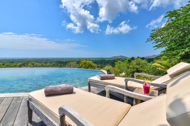 Large infinity pool overlooking the valley and sea