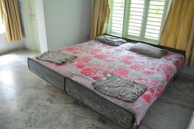 Dormitorio grande con armario de CA, escritorio, balcón. Adjunta sala de lavado.