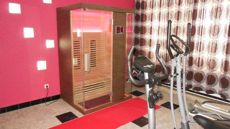 Luxuriöse Infrarotkabine mit Lichttherapie in Wellnessraum.
