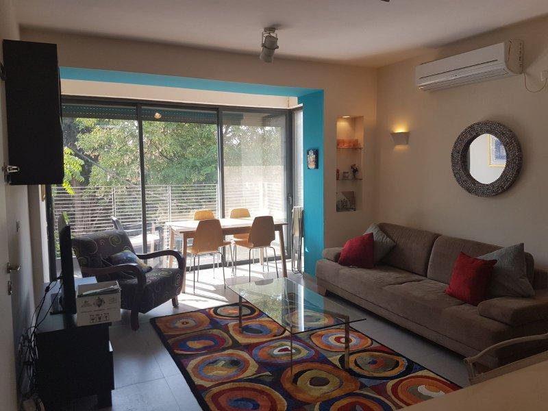 Beautiful 2 Bedroom Apartment in the Heart of Baka Village, alquiler de vacaciones en Beit Jala