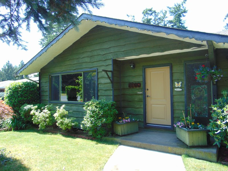 House in nice residential area. Close to ferries, airport, and Victoria city BC., holiday rental in Saanichton