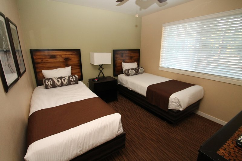 2nd bedroom with 2 twin bed's and flat screen TV.