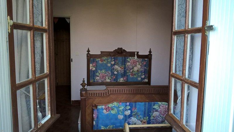 O quarto andar de baixo, completo com cama antiga francês ...... mas um novo colchão!