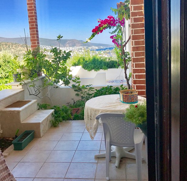 Bodrum city center 2.2km away, sea view private apartment with own garden, aluguéis de temporada em Konacik